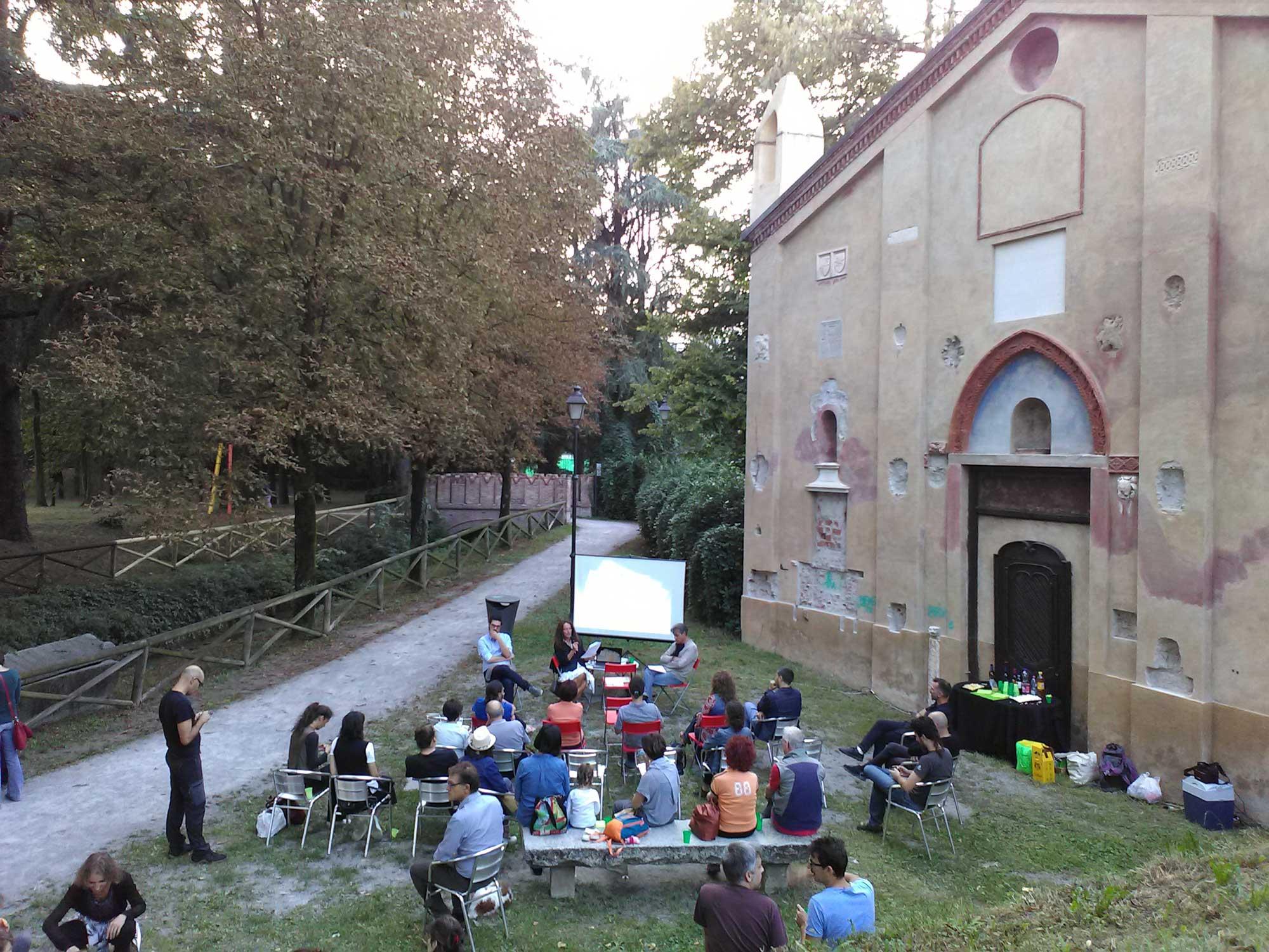 conferenza in giardino