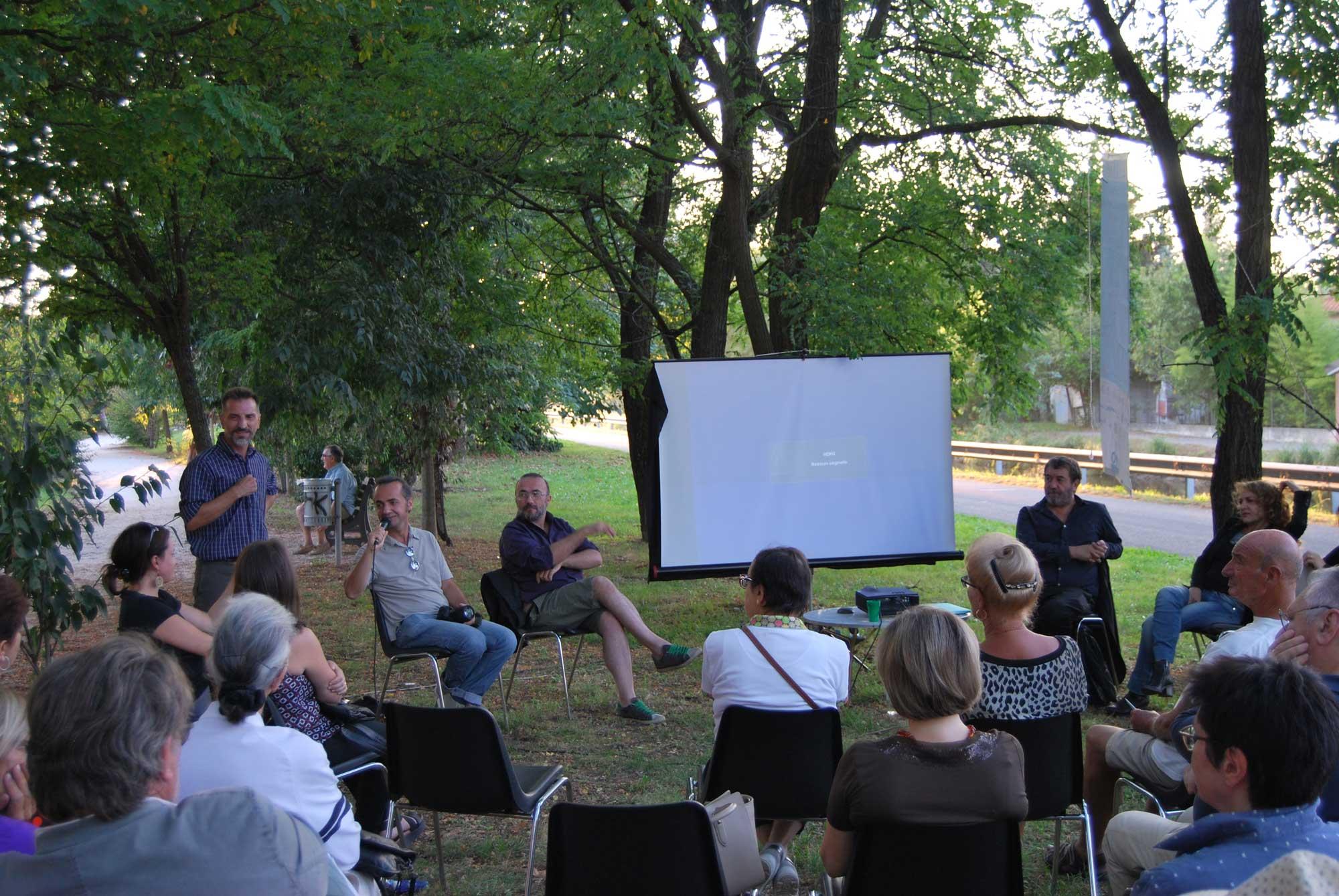 conferenza con video in giardino