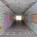 tunnel con murales ai lati
