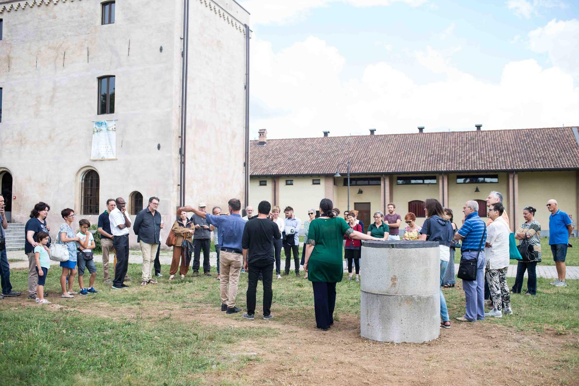 gruppo di persone ascolta guida dell'evento