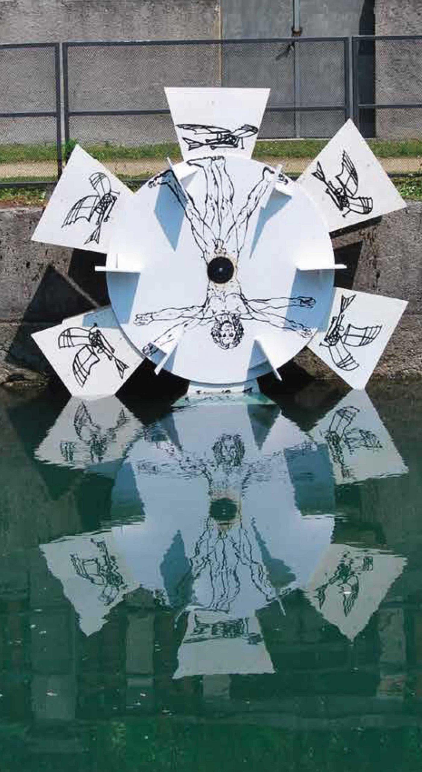 creazione artistica ruotante su acqua