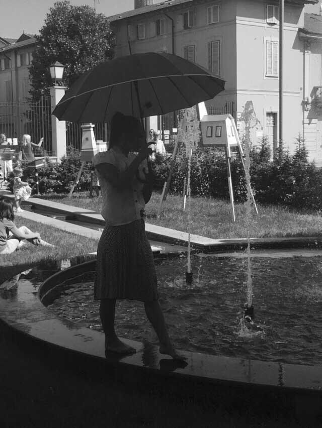 persona cammina sul bordo di una fontana