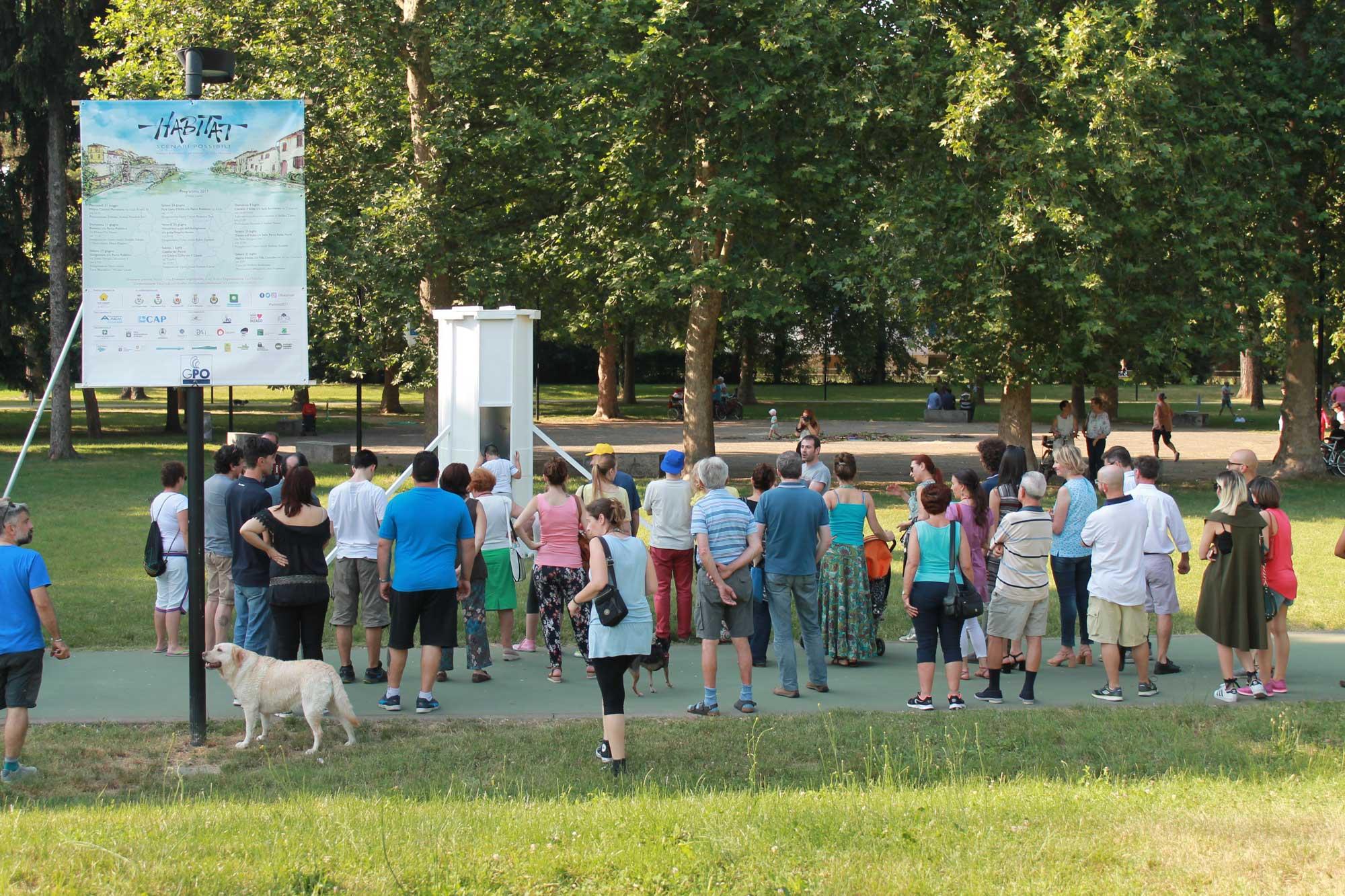 persone raggruppate su giardino pubblico